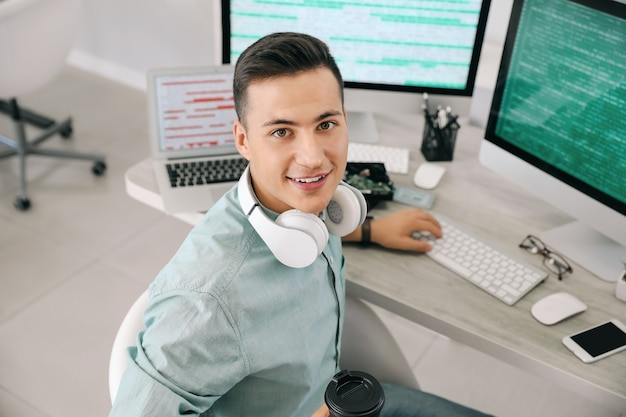 Portret męski programista w biurze