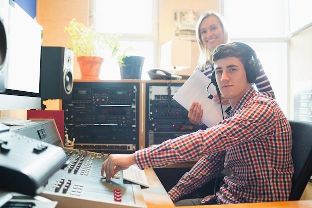 Portret męski radiowy gospodarz używa rozsądnego melanżer