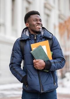 Portret męski uczeń z książkami