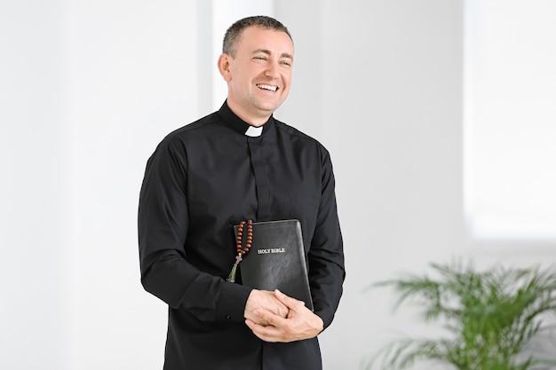 Portret męskiego księdza w domu