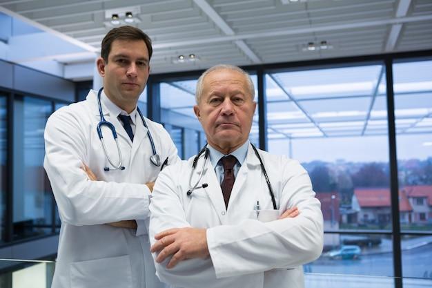 Portret mężczyzn lekarzy stojących z rękami skrzyżowanymi