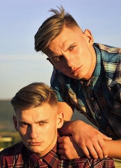 Portret mężczyzn. przyjaźń bliźniaków o wschodzie słońca.