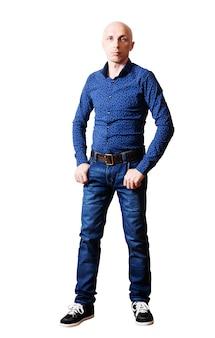 Portret mężczyzn w średnim wieku w niebieskich dżinsach i koszuli