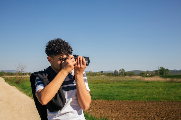 Portret mężczyzna bierze fotografować z cyfrową kamerą
