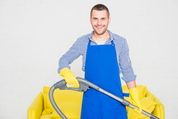 Portret mężczyzna czyści jego dom