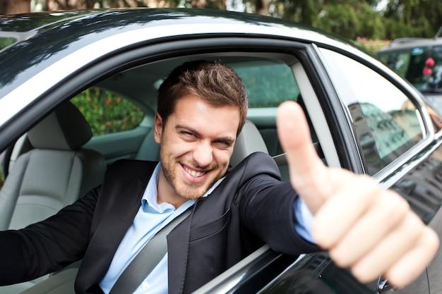 Portret mężczyzna jedzie jego samochód
