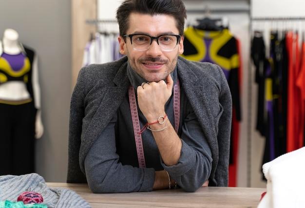 Portret mężczyzna osobisty kupujący działa