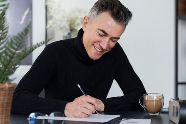Portret mężczyzna pisze list