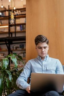 Portret mężczyzna pracuje na laptopie