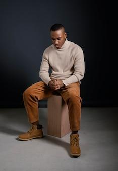 Portret mężczyzna siedzi i patrzy w dół