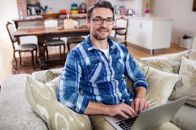 Portret mężczyzna używa laptop