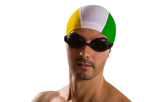Portret mężczyzna w stroju kąpielowym; zawodowy pływak na białej przestrzeni w brazylijskim mundurze.
