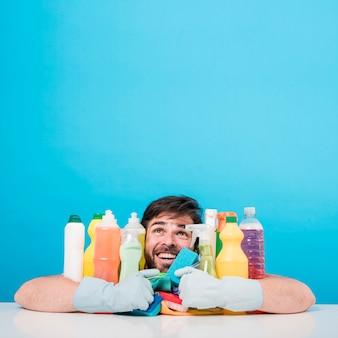 Portret mężczyzna z cleaning produktem