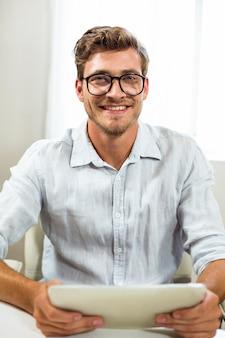 Portret mężczyzna z cyfrową pastylką w biurze
