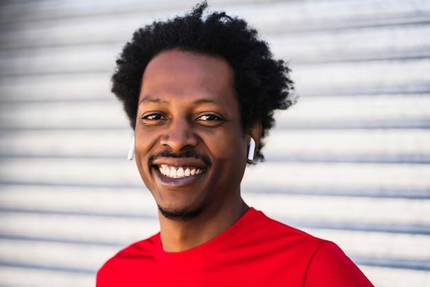 Portret mężczyzny afro lekkoatleta stojącego na zewnątrz na ulicy. sport i zdrowy styl życia.