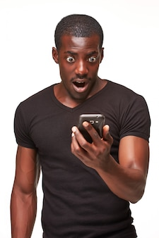 Portret mężczyzny afrykańskiego rozmawia przez telefon