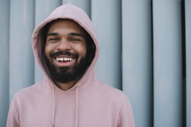 Portret mężczyzny atrakcyjnego śmiechu