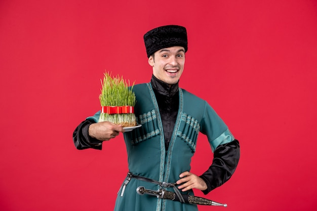 Portret mężczyzny azerskiego w tradycyjnym stroju trzyma semeni studio strzał czerwony tancerz novruz wykonawca wiosny