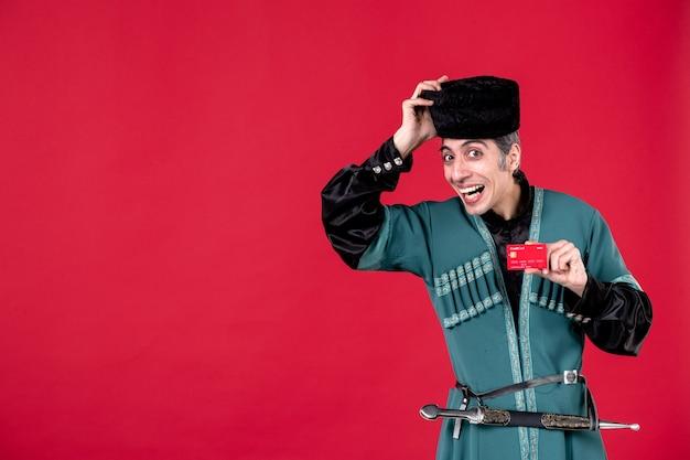 Portret mężczyzny azerskiego w tradycyjnym stroju trzyma studio karty kredytowej strzał czerwone wiosenne pieniądze etniczne