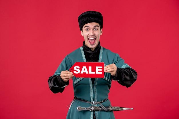 Portret mężczyzny azerskiego w tradycyjnym stroju trzyma tabliczkę znamionową sprzedaży rednovruz tancerka zakupów