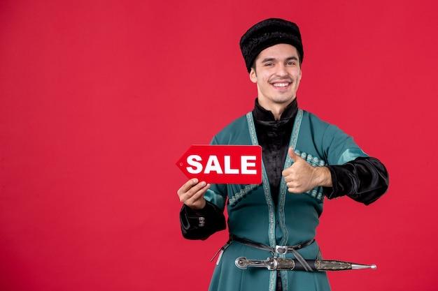 Portret mężczyzny azerskiego w tradycyjnym stroju trzyma tabliczkę znamionową sprzedaży rednovruz zakupy pieniądze wiosna