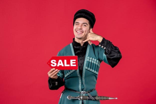 Portret mężczyzny azerskiego w tradycyjnym stroju trzyma tabliczkę znamionową sprzedaży rednovruz zakupy tancerz pieniądze wiosna