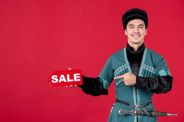 Portret mężczyzny azerskiego w tradycyjnym stroju trzyma tabliczkę znamionową sprzedaży rednovruz zakupy tancerz wiosna