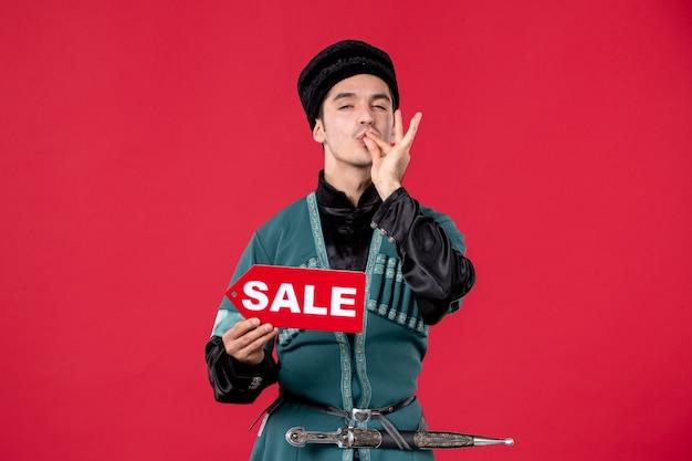 Portret mężczyzny azerskiego w tradycyjnym stroju, trzymającego sprzedaż