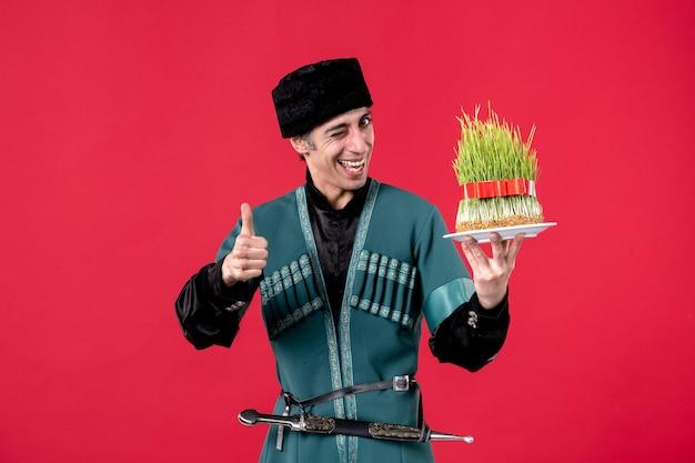 Portret mężczyzny azerskiego w tradycyjnym stroju z nasieniem na czerwono