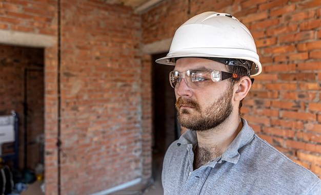 Portret mężczyzny budowniczego na budowie