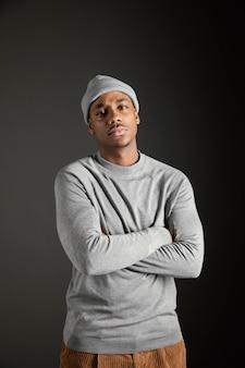 Portret mężczyzny czapce z rękami skrzyżowanymi