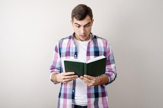 Portret mężczyzny czyta książkę