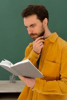 Portret mężczyzny czytanie książki