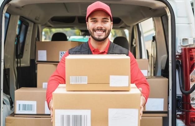 Portret mężczyzny dostawy - kurier w pracy