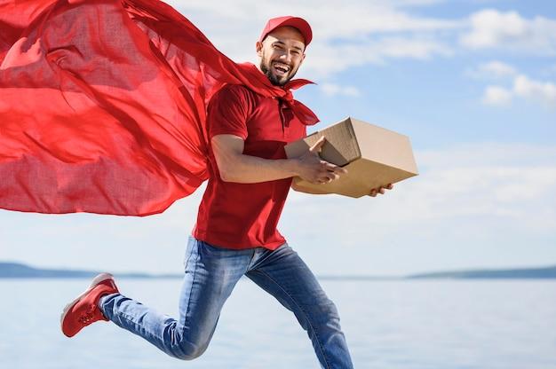 Portret mężczyzny dostawy sobie peleryna superbohatera