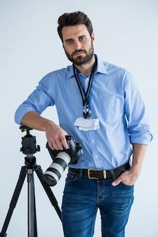 Portret mężczyzny fotografa pokazując dowód osobisty