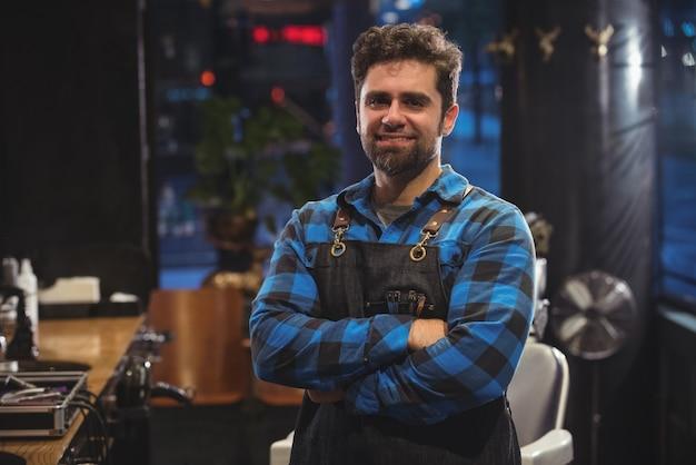 Portret mężczyzny fryzjer stojący z ręką skrzyżowaną