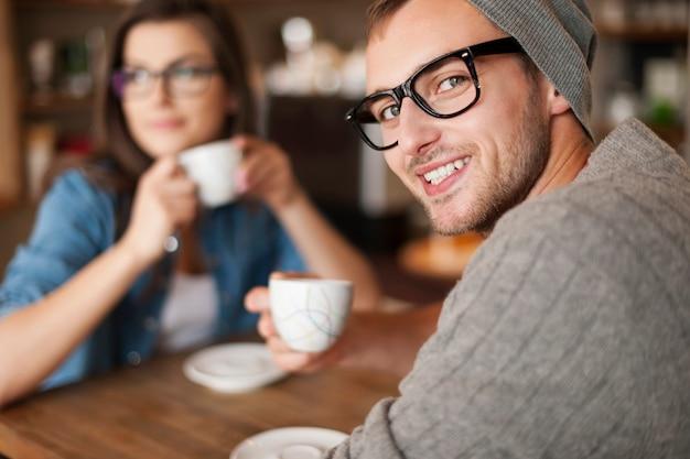 Portret mężczyzny hipster w kawiarni