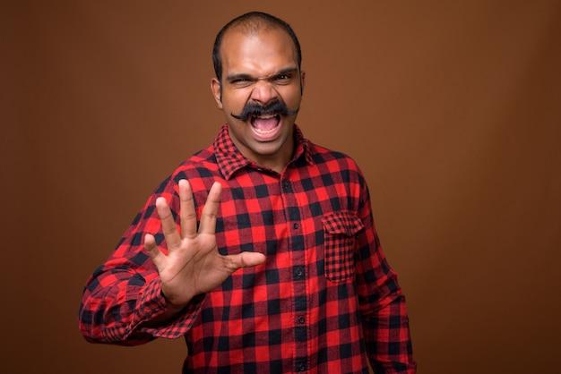 Portret mężczyzny indyjskiego hipster z wąsem
