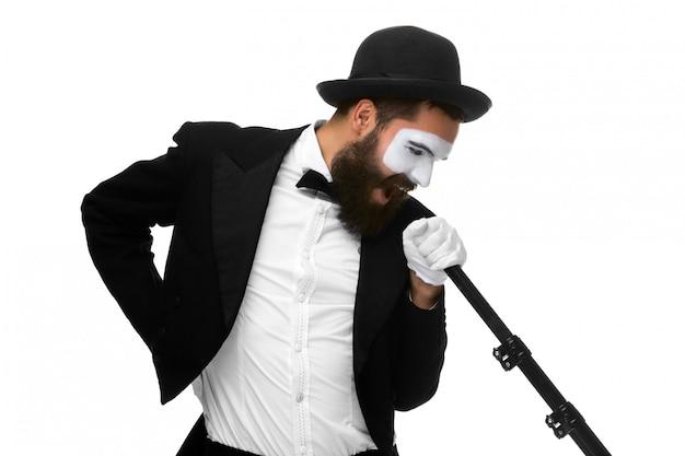 Portret mężczyzny jako mima z mikrofonem tubowym lub w stylu retro