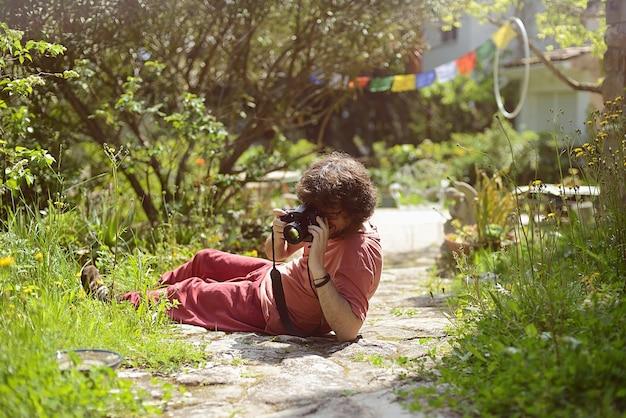 Portret mężczyzny korzystającego z robienia zdjęć w domu w swoim ogrodzie