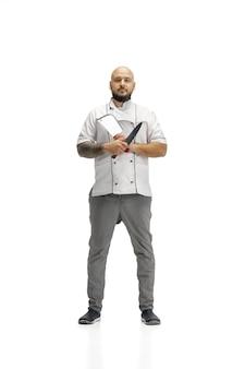 Portret mężczyzny kucharz kucharz, rzeźnik na białym tle na białym tle studio. pojęcie zawodu, pracy, pracy, przemysłu spożywczego i restauracyjnego. kaukaski mężczyzna z naczyniami kuchennymi.