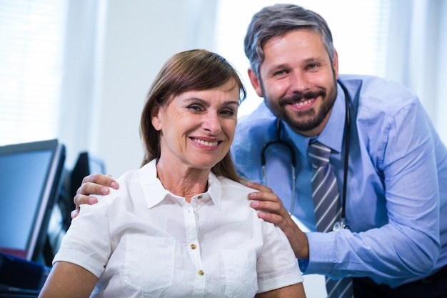 Portret mężczyzny lekarza i pacjenta
