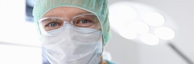 Portret mężczyzny lekarza w garniturze chirurgicznym w sali operacyjnej
