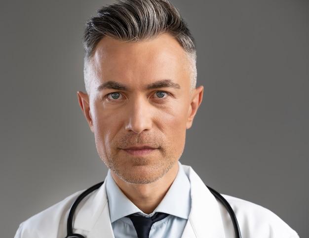 Portret mężczyzny lekarza w specjalnym sprzęcie