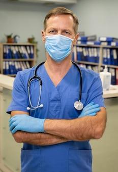 Portret mężczyzny lekarza w szpitalu