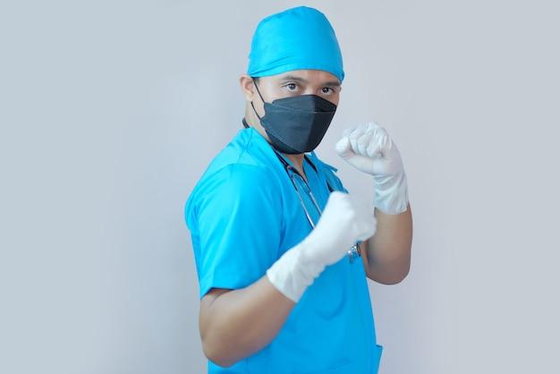 Portret mężczyzny lekarza zacisnął pięść