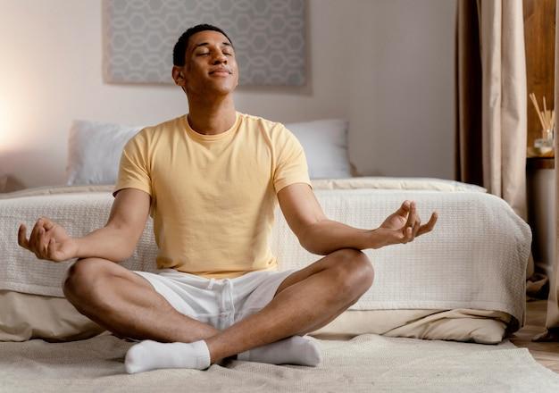 Portret mężczyzny medytacji w domu