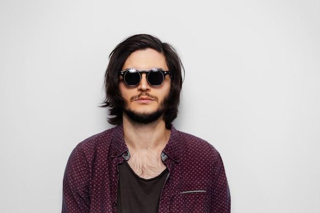 Portret mężczyzny młody hipster sobie okrągłe okulary przeciwsłoneczne.