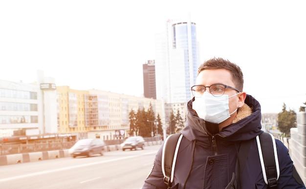 Portret mężczyzny moda w kurtce w miejskim mieście. pomysł na biznes. przystojny dorosły szczęśliwy człowiek na ulicy z maską.